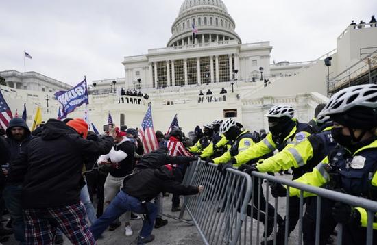 美国国会发生骚乱(美联社)
