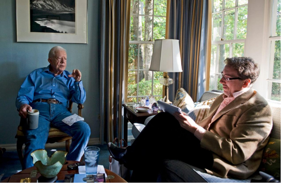 (图说:吉米·卡特(左)在家中接受《华盛顿邮报》采访。图源:GETTY)
