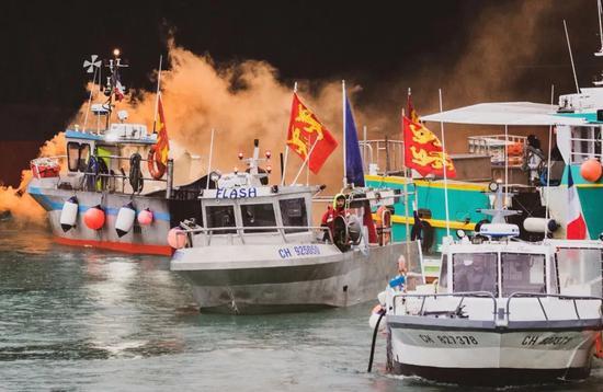 法国渔船结队向泽西岛海域驶去。来源:纽约时报
