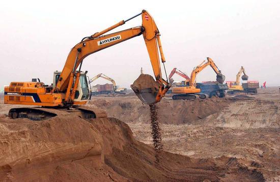 ↑2003年12月30日,南水北调中线工程正式启动,施工机械在河北省滹沱河倒虹吸工程作业。