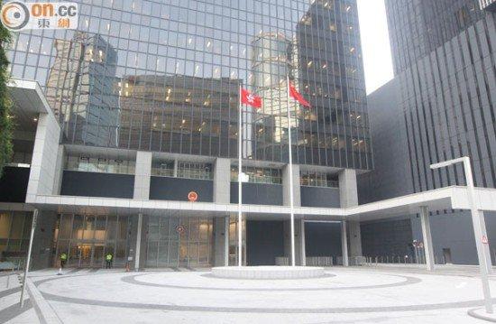 """香港当局总部大楼东翼前场地(图片来源:香港""""东网"""")"""