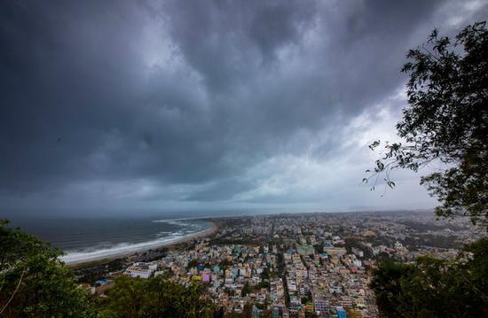 印度沿海城市乌云密布(图源:路透社)