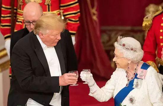 特朗普在白金汉宫出席晚宴。