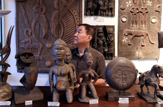 在多哥洛美几内亚湾非洲国际艺术博物馆,谢燕申在查看藏品。新华社记者王腾摄