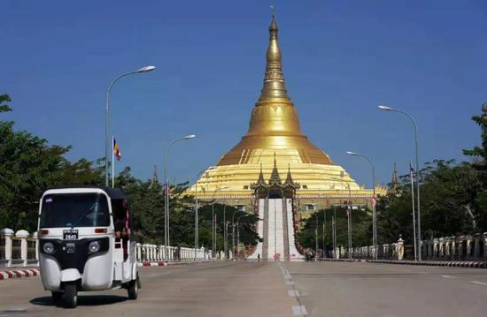 """▲这是内比都大金塔,为当地地标建筑物。缅甸是著名佛教国家,佛塔众多,有""""佛塔之国""""的美誉。新华社记者王申摄"""