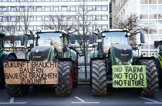 【蜗牛棋牌】抗议环境法规 德国农民开数百辆拖拉机涌入柏林