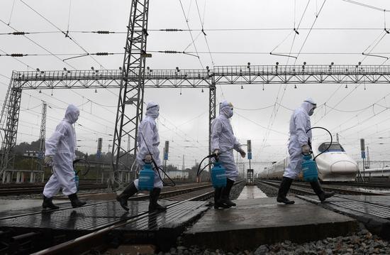 中国铁路南宁局集团有限公司疾控中心工作人员走进工作区域准备对动车实施消杀作业(2月6日摄)。新华社记者 陆波岸 摄