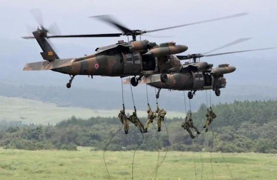 2017年8月,日本陆上自卫队士兵在静冈县的御殿场东富士射击场进行年度实弹演习