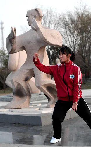 在河南省焦作市温县陈家沟太极拳祖祠内,一家太极拳私塾的学员在练拳(2020年12月14日摄)。新华社记者李嘉南 摄