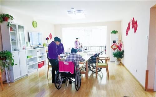 在位于北京市海淀区春荫园社区的清檬养老驿站内,老人在护理员的奉陪下运动