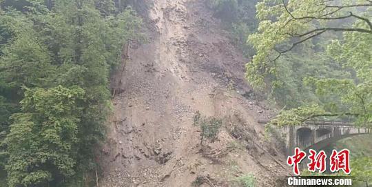 图为独龙江公路山体垮塌的路段。贡山公路分局供图