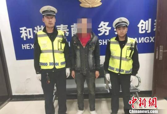 图为李某再次被警方控制。卓资县交警大队供图