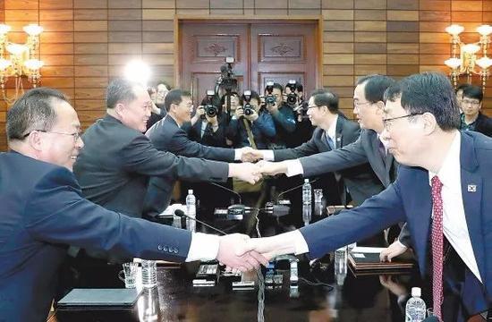 """朝鲜和韩国代表29日在板门店朝方一侧的统一阁举行高级别会谈,双方商定于4月27日在板门店韩方一侧的""""和平之家""""举行朝韩首脑会晤。"""