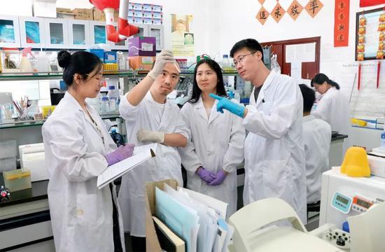 ▲ 中科院合肥物质科学研究院研究员刘青松(左四)与同事们在实验室工