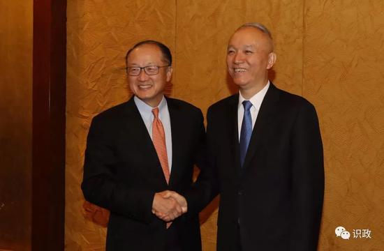 蔡奇与世行行长金墉亲切握手