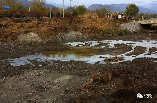 裸露的河床现出建筑垃圾