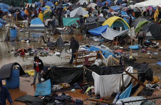 挨近美墨边境的墨西哥蒂华纳难民营。蒂华纳,系墨西哥边境城市,距美国19公里,每年有4000万人由此处实现美墨双向起伏。(图:美联)