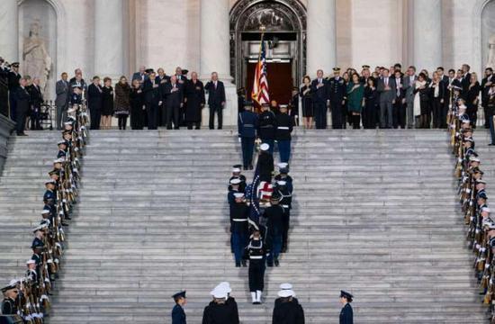 3日下昼,老布什灵柩运抵位于华盛顿的国会圆形大厅。(图源:《纽约时报》)