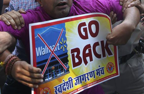 资料图片:印度民众抗议沃尔玛收购弗利普卡特。(法新社)