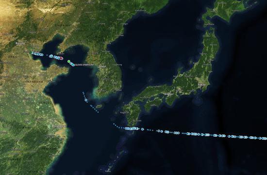 彭博社配图称,一艘货船已抵达天津。