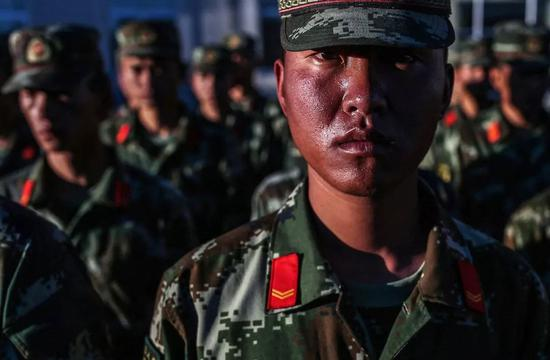 △ 2017年7月21日,西藏那曲,战士们一张张通红的脸,是长年高原紫外线照射留下的印记