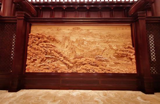 △集賢廳南墻東陽木雕《錦繡中華》,長13米、寬4.7米。由中國工藝美術大師陸光正創作。(央視記者張曉鵬拍攝)