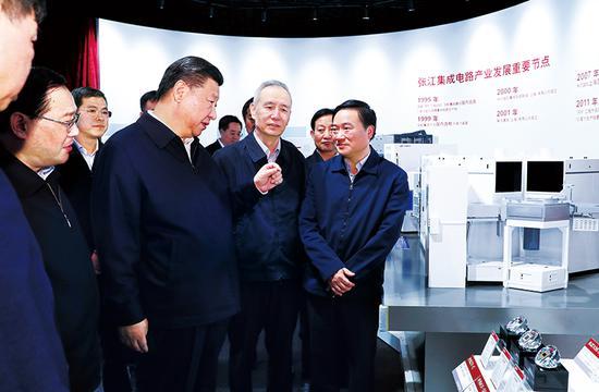 2018年11月6日至7日,中共中央总书记、国家主席、中央军委主席习近平在上海考察。这是6日下午,习近平在张江科学城展示厅考察,了解上海科技创新和科技成果转化情况。 新华社记者 谢环驰/摄