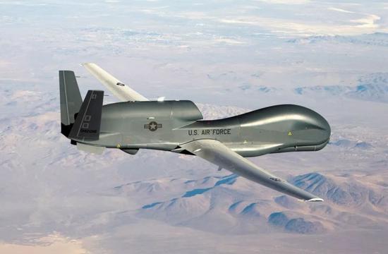 """2019年6月,伊朗宣布在霍尔木兹海峡附近击落一架进入伊朗领空的美制RQ-4""""全球鹰""""无人机。这是美国空军发布的RQ-4""""全球鹰""""无人机的资料照片。新华社/路透"""