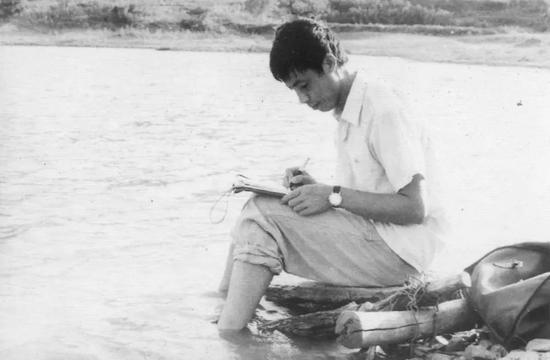 在地质队驻地的小河边写作。魏文学摄