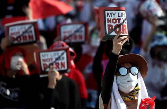"""2018年8月4日,成千上万的韩国女性走上首尔街头,抗议偷拍恶行,表示""""我的生活不是你的色情片""""。抗议者敦促韩国政府制定法律,阻止偷窥者使用相机偷拍女性"""