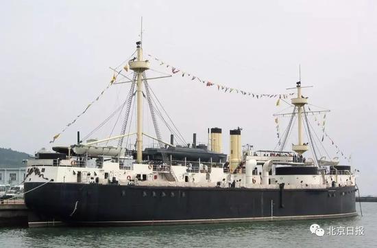 图为停泊在山东威海旅游码头附近的定远纪念舰资料照片(图片来源:新华社)