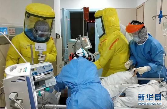 2月15日,广东省对口支援湖北荆州医疗队队员、南方医科大学南方医院的医护人员在荆州救治患者。新华社发