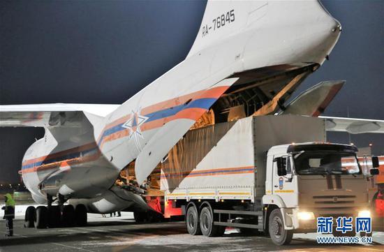 在俄罗斯莫斯科附近的茹科夫斯基机场,工作人员将俄罗斯政府向中方提供的医疗援助物资装上运输机(2月8日摄)。 新华社/卫星社