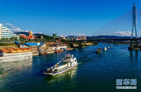 图为2016年12月15日,中老缅泰湄公河联合巡逻执法船艇编队驶过云南景洪港码头。图源:钱程|新华社