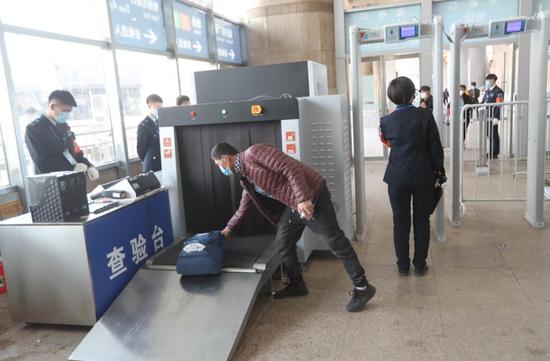 """北京地铁禁带物品目录更新:""""白酒限2000毫升""""取消"""