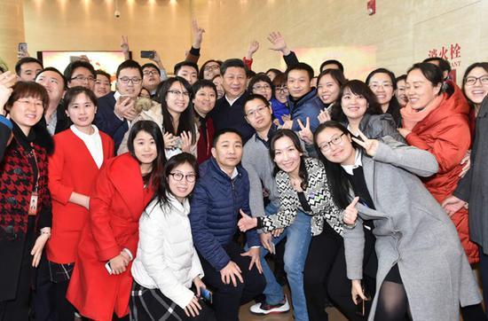 2016年2月19日,习近平到中央新闻单位调研。图为习近平与人民日报社人民网员工合影。