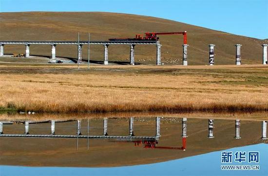 (图为2004年青藏铁路在架桥施工中 新华社记者 觉果 摄)