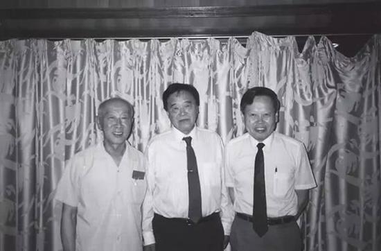 左起黄昆、张守廉和杨振宁(1992年6月1日摄于北京大学为周培源先生举行的生日会上)