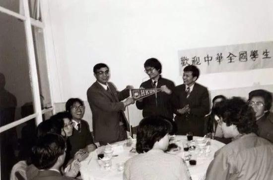 1984年的冯炜光(站立者左二)
