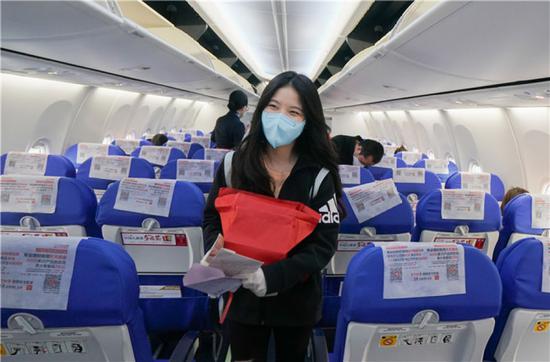 4月8日,在武汉天河国际机场,东方航空MU2527航班旅客登机。新华社记者 程敏 摄