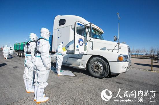10月22日,二连出入境边防检查站执勤民警对载羊车辆进走车体检查。郭鹏杰 摄