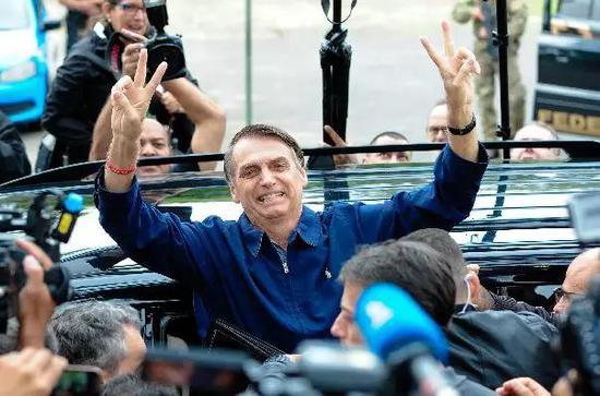 ▲10月7日,巴西总统候选人博尔索纳罗到达投票站。 图/新华社