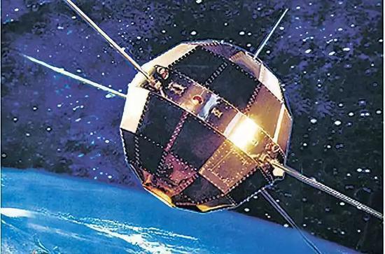 △1970年4月24日,钱学森牵头布局实走了吾国第一颗人工地球卫星发射义务,成为新中国科技发展史上的一座主要里程碑。同年5月1日,钱学森同志与参添第一颗人工地球卫星工程研制的代外一首,在天安门城楼受到毛泽东、周恩来等党和国家领导人的亲昵接见。