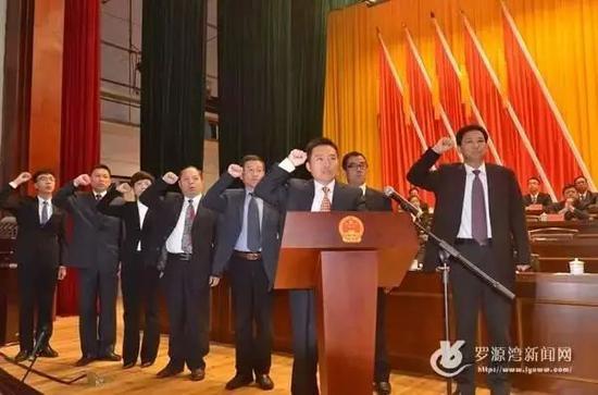 △蒋仁正(左一)在罗源县任职宣誓