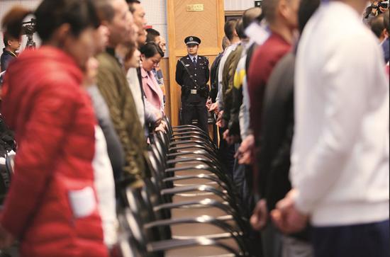 2017年1月18日,云南省昆明市,呈贡区人民法院开庭审理46人涉嫌传销案件。