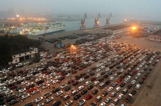 (图为去年大量旅客和车辆在春节滞留港口的景象)