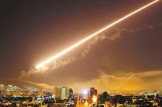 2018年4月14日,在叙利亚首都大马士革,防空导弹的轨迹划?#38138;?#31354;。(图源:新华社)