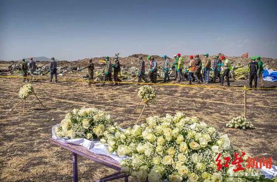 ∆埃塞俄比亚航空坠机现场人们摆花悼念。图据纽约时报