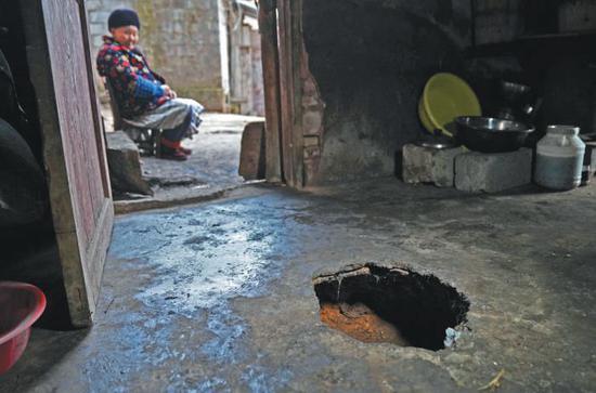 ▲彭方圆家的一处地面塌陷。这是个直径35厘米,深35厘米的圆洞。彭方圆告诉记者,这个洞最早是2014年突然出现的,用土回填过一次,3个月后再次塌陷。