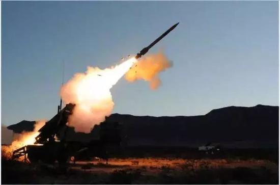 """▲资料图片:美国""""爱国者""""防空导弹发射瞬间。"""